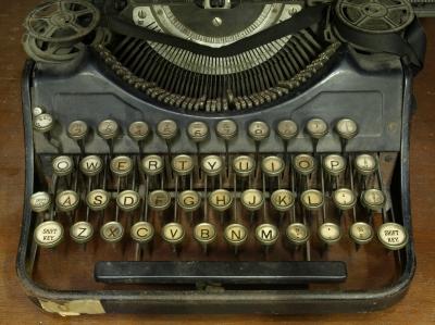 Old-typewriter-Thaikrit.jpg